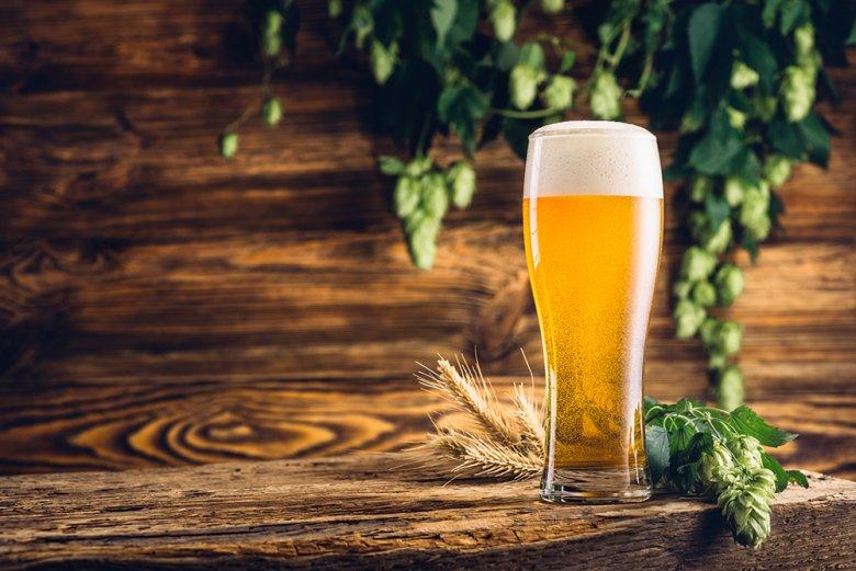 Bier gebraut nach dem deutschen Reinheitsgebot enthält nur Gerste, Hopfen, Wasser und Hefe.