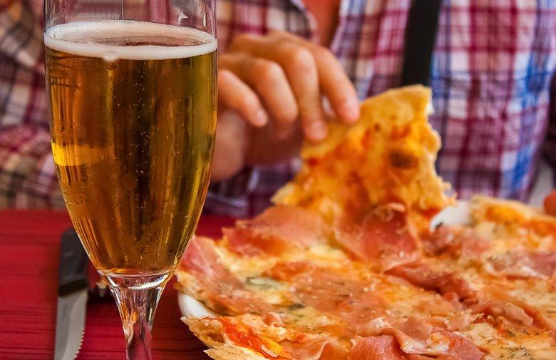Bier und fettes Essen sind eine wahre Kalorienbombe.