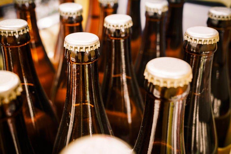 Selbstgebrautes Bier kann entweder in einem Fass oder in Flaschen abgefüllt werden.