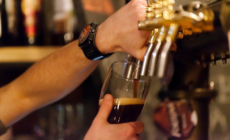 Schwarzbier besitzt einen kräftig würzigen Geschmack.