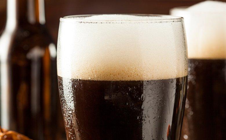 Dunkle Röstmalze verleihen dem Schwarzbier seine tiefdunkle Farbe.