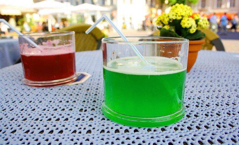 Das Berliner Weiße wird mit einem Schuss Himbeer- oder Waldmeistersirup getrunken.