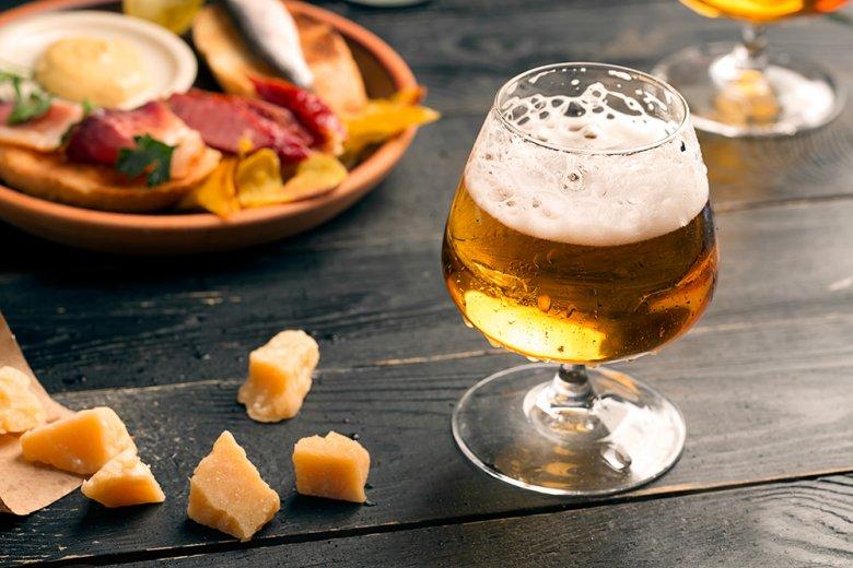 Ein Leichtbier hat weniger Alkoholgehalt und auch weniger Kalorien als normales Bier.