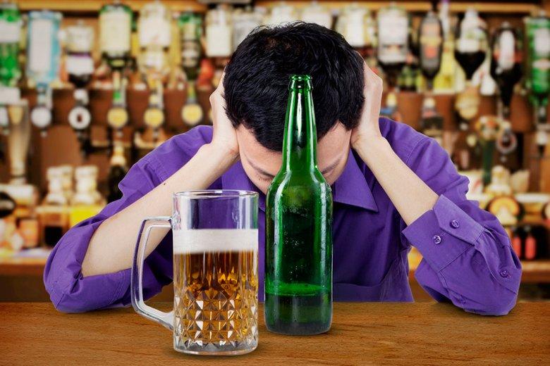 Wer zwischendurch ein Glas Wasser trinkt, sorgt dafür, dass der Körper nicht zu stark entwässert wird.
