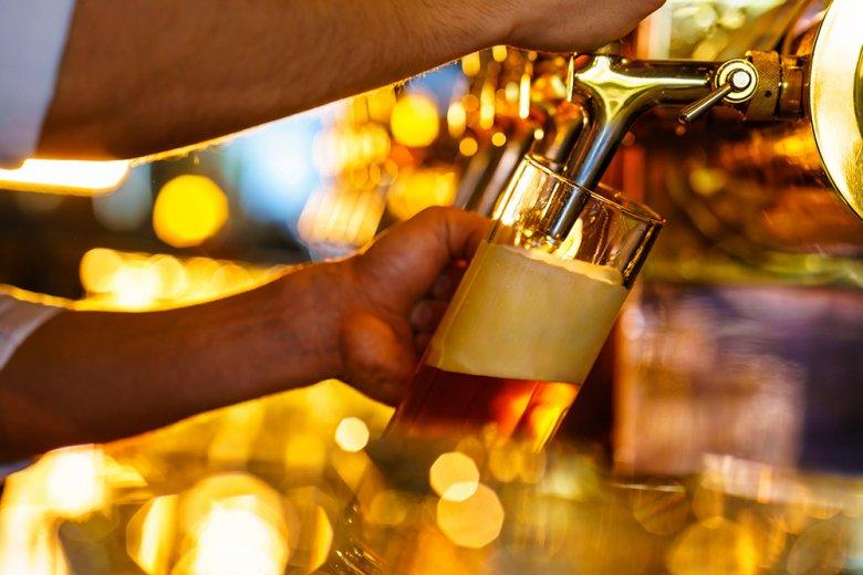 Egal ob von der Falsch oder beim Zapfen - am Anfang muss das Glas immer leicht schräg gehalten werden.