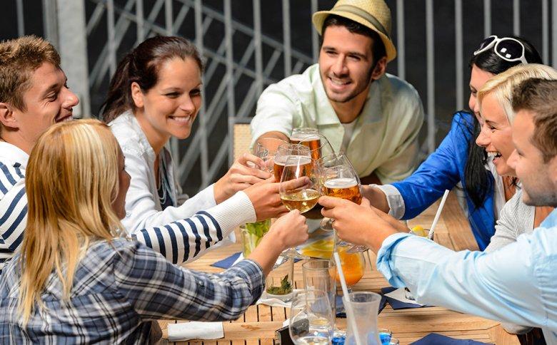 Durch das Zuprosten wünscht man seinem Trinkkollegen Glück, Gesundheit und Wohlergehen.