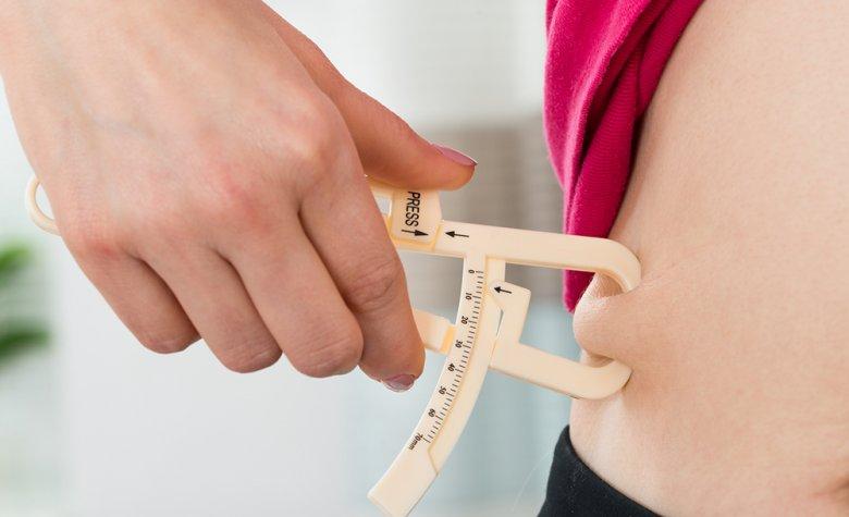 Mithilfe einer Caliper-Zange kann der Körperfettanteil gemessen werden.