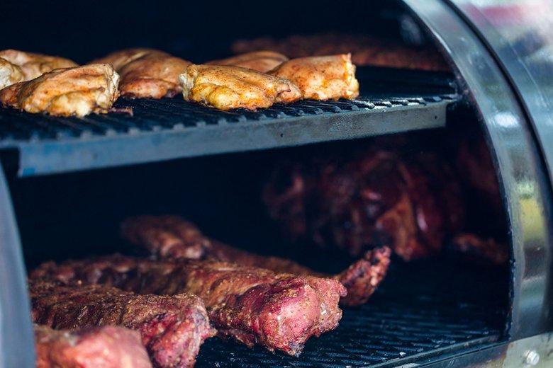 Das zubereitete Fleisch wird im Smoker besonders zart.