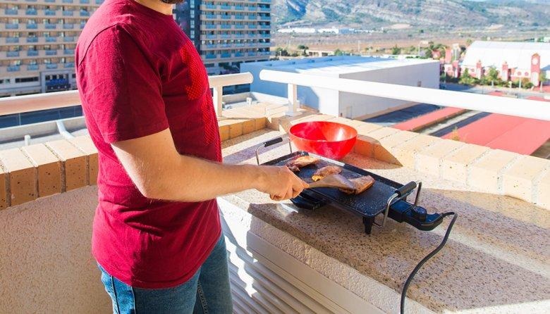 Ein großer Vorteil des Elektrogrill: Dieser kann auch in der Wohnung oder auf dem Balkon verwendet werden.