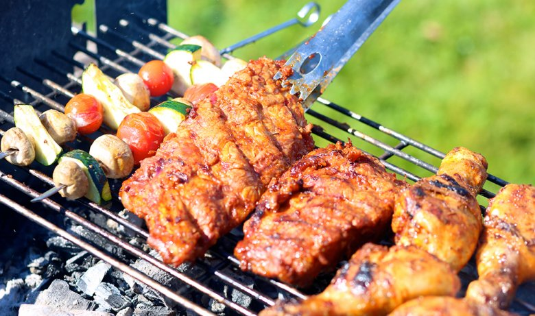 Der Holzkohlegrill verleiht dem Grillgut ein unvergleichbares Aroma.