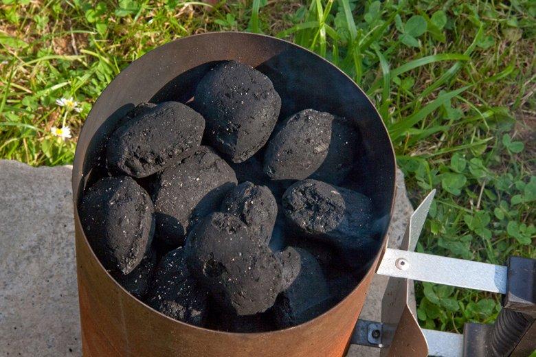 Ein Anzündkamin ist eine relativ sichere Möglichkeit, um ein Grillfeuer zu entfachen.