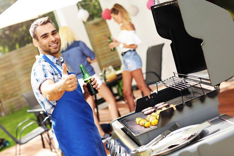 Durch das Einhalten von einigen Regeln lässt sich das Verletzungsrisiko beim Grillen minimieren.