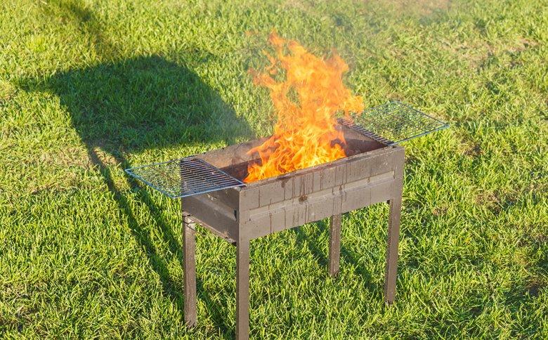 Beim Anzünden oder Hantieren mit dem heißen Grill kann es schnell zu Verbrennungen kommen.