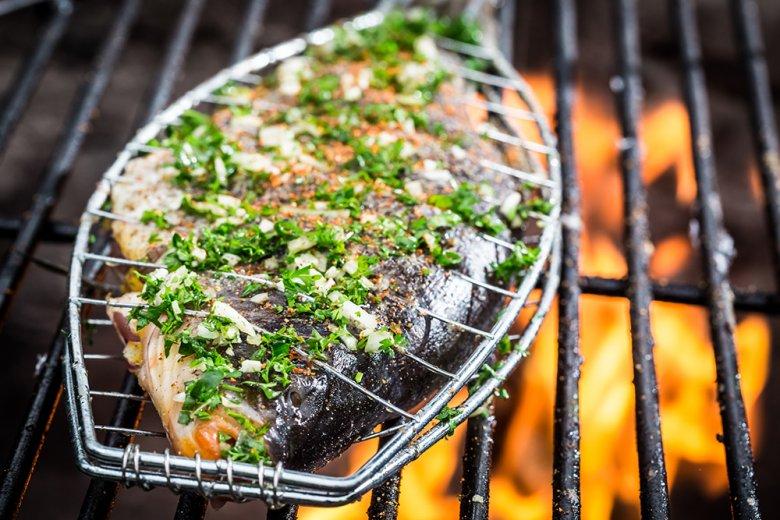 Mithilfe eines Fischbräters kann Fisch einfach und umkompliziert auf dem Grill zubereitet werden.