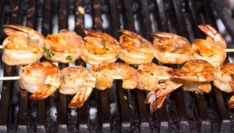 Auch Schalentiere, wie Garnelen oder Scampi lassen sich auf dem Grill wunderbar zubereiten.