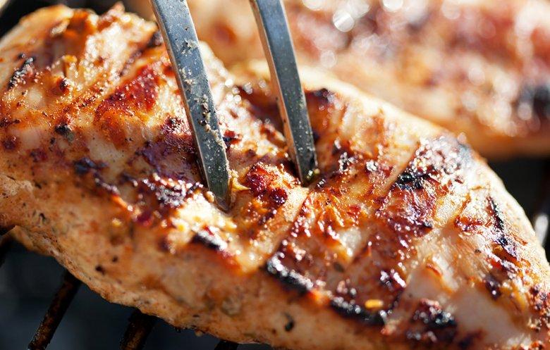 Um zu prüfen, ob das Fleisch schon gar ist, kann eine Stichprobe durchgeführt werden.