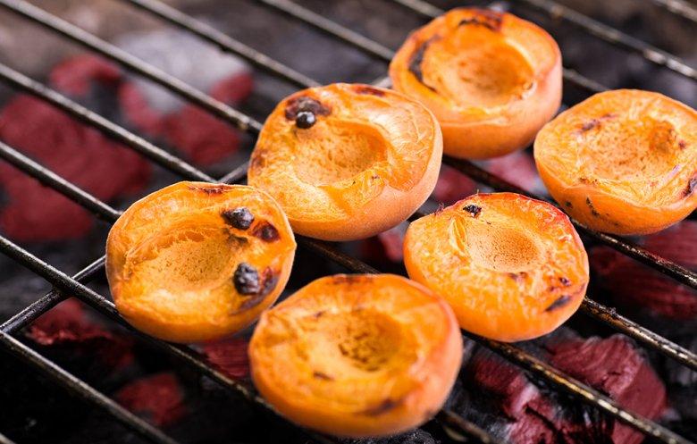 Grundsätzlich zum Grillen eignet sich Obst mit einem festen Fruchtfleisch.