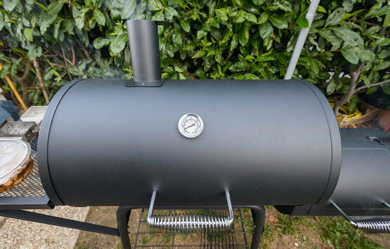 Wer gerne indirekt und größere Mengen grillt, ist mit einem Smoker gut beraten.