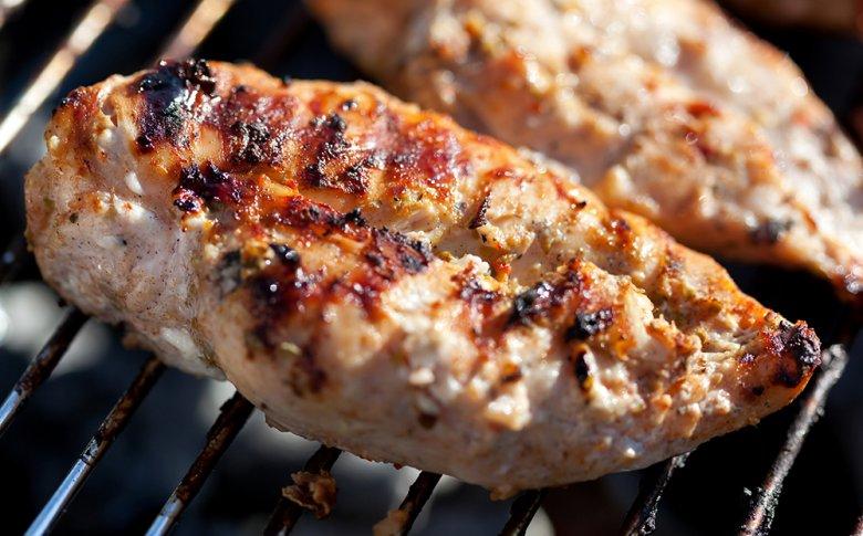 Auch Hühnerfleisch und Geflügel eignet sich gut zum Grillen.