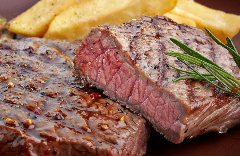 Ein Rindersteak kann medium, rare oder durchgegrillt serviert werden.