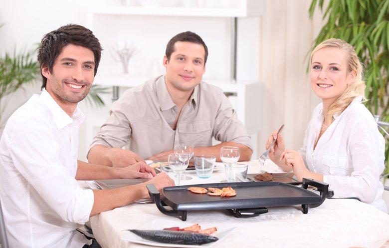Ein Elektrogrill für den Tisch ist schnell betriebsbereit und praktisch.