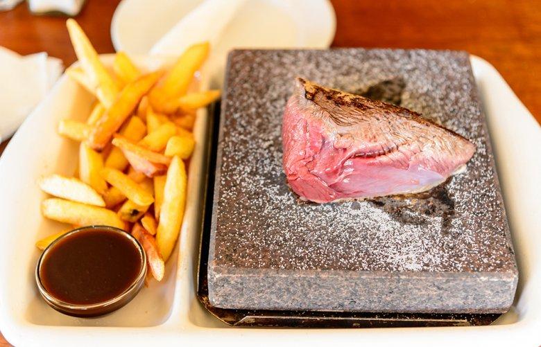 Fisch, Fleisch oder auch Gemüse kann auf dem heißen Stein zubereitet werden.