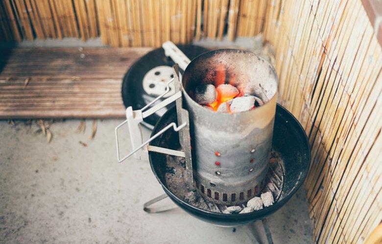 Ein Anzündkamin ist ein praktisches Hilfsmittel beim Anheizen des Grills.