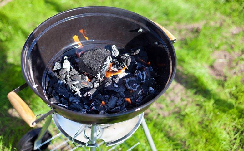 Glühende Holzkohle und Holzkohlebriketts dienen als Hitzespender bei einem Holzkohlegrill.