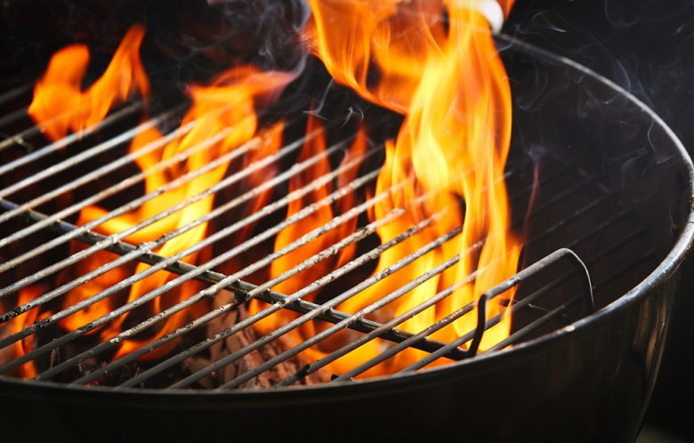 Ein Holzkohlegrill kann mit verschiedenen Brennstoffen betrieben werden.