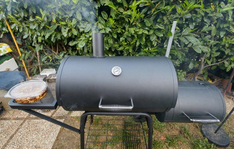 Mithilfe eines Smokers werden Speisen im heißen Rauch gegart.