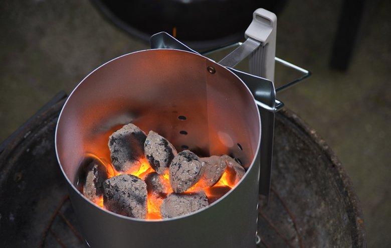 Ein Anzündkamin erleichtert die Grillvorbereitungen.