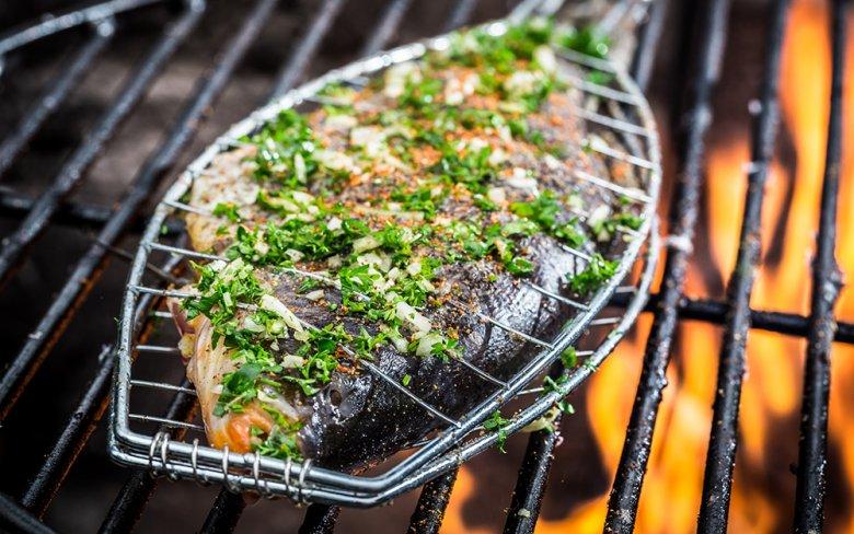 Mithilfe eines Fischbräters kann Fisch einfach und schnell gegrillt werden.
