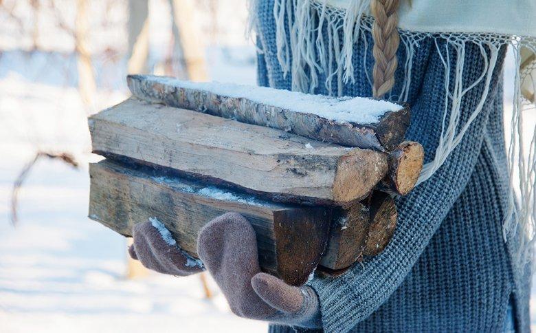 Beim Grillen im Winter sollte ausreichend Brennmaterial vorhanden sein.