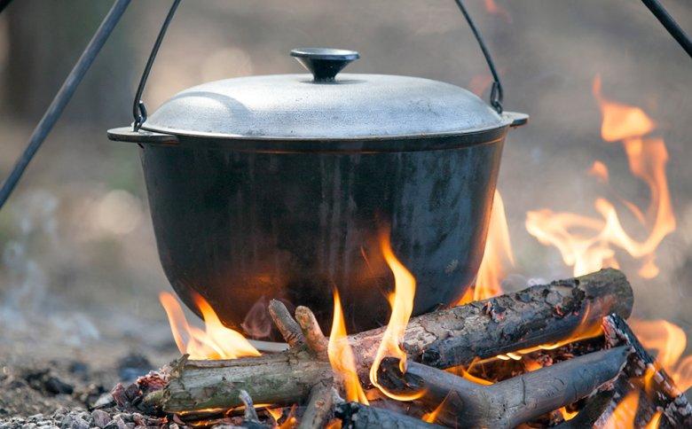 Ein köstlicher, wärmender Eintopf kann im Dutch Oven zubereitet werden.