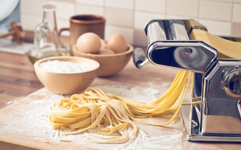 Mit einer Pasta-Maschine können Nudeln selbst hergestellt werden.