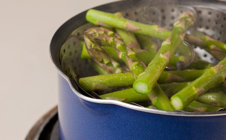 Gemüse lässt sich gut im Dampfgareinsatz dämpfen.