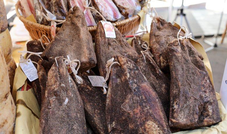 Der bekannte italienische Speck Guanciale ist eine Spezialität aus der Schweinebacke.