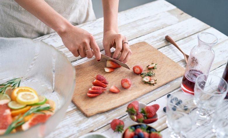 Mit raffinierten Zutaten kann schnell und einfach eine fruchtige Bowle zubereitet werden.