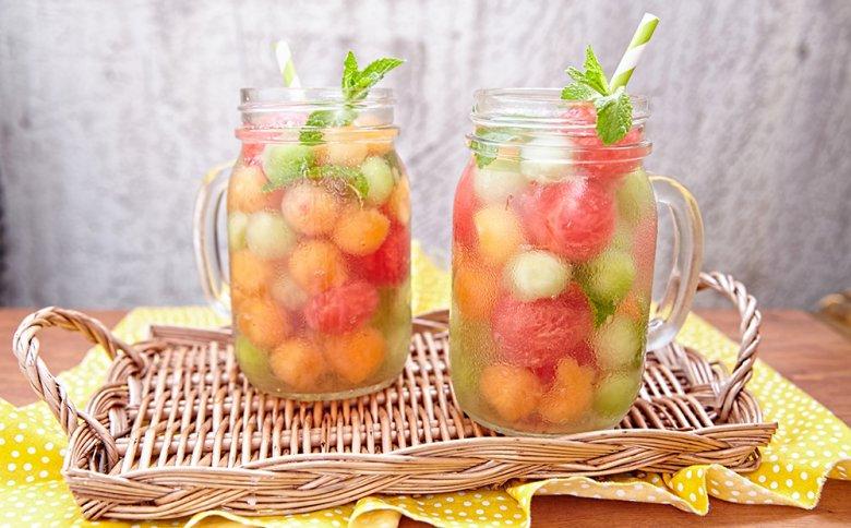 Eine Melonenbowle ist schnell vorbereitet und schmeckt herrlich erfrischend.