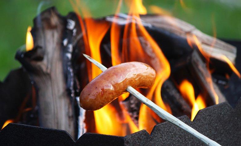 Würstchen, Stockbrot oder Fisch kann am Lagerfeuer gebraten bzw. gegrillt werden.