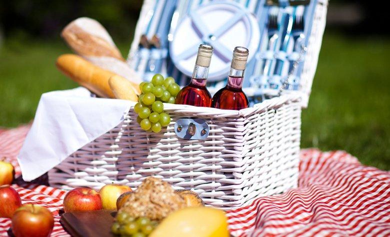 Bei einem Picknick im Freien dürfen kulinarische Köstlichkeiten nicht fehlen.