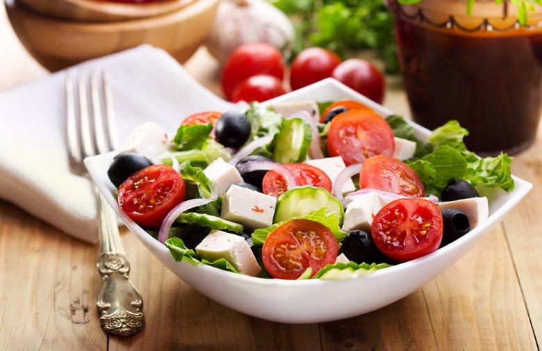 Ein Griechischer Salat ist gesund, schmeckt köstlich und leicht.