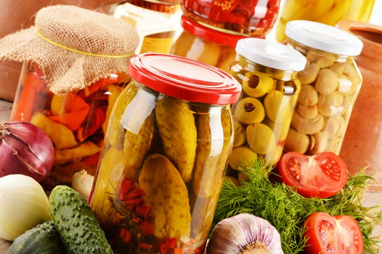 Durch das Einlegen in Essig oder Salzlake ist das Gemüse vom eignen Garten auch im Winter verfügbar.