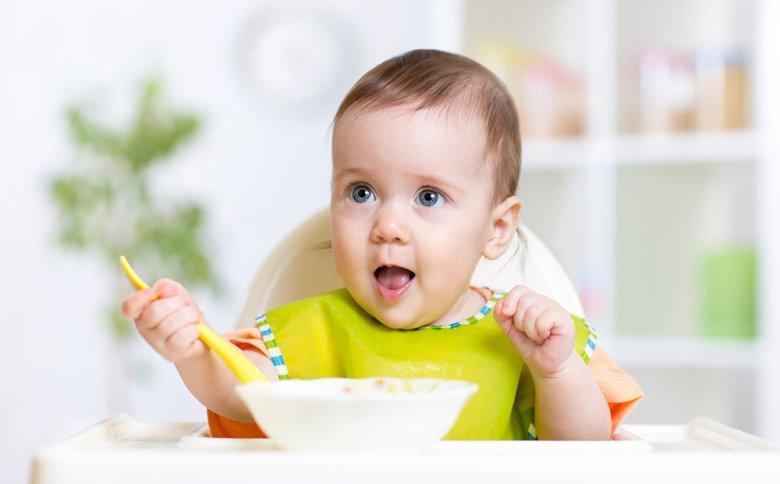 Ab dem fünften Lebensmonat kann mit der Beikost begonnen werden.