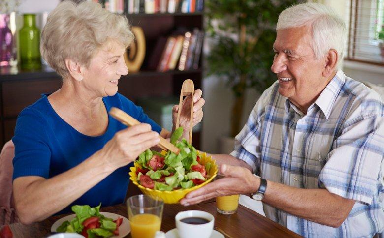 Mahlzeiten sollten auch im Alter gemeinsam eingenommen werden.