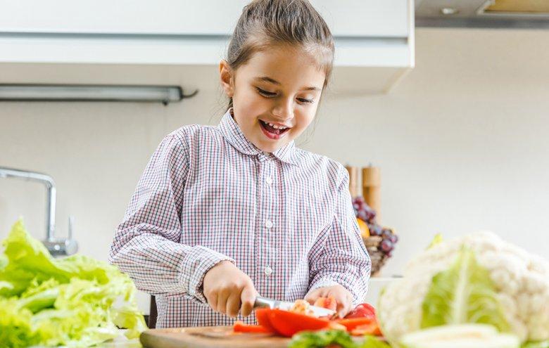Kinder lieben es in der Küche mitzuhelfen.