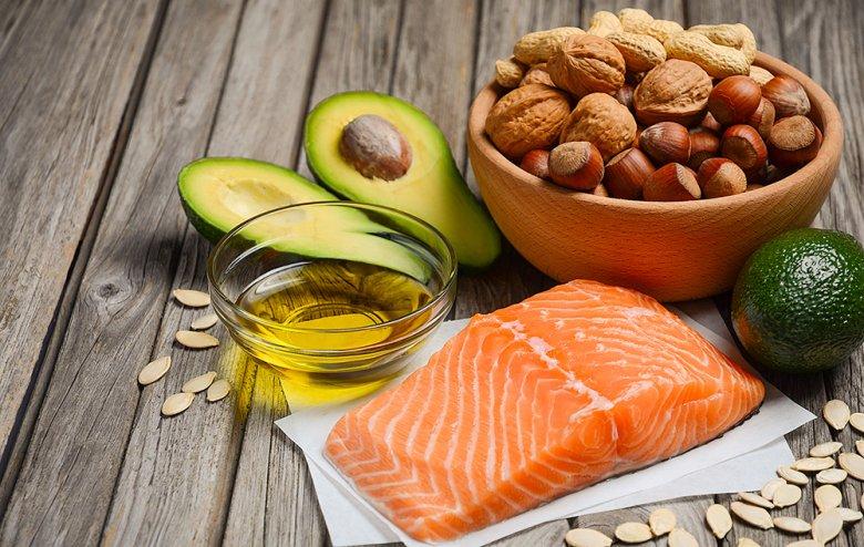 Ungesättigte Fettsäuren sind für den Körper wichtig und beispielsweise in Nüssen, Oliven oder Fisch enthalten.