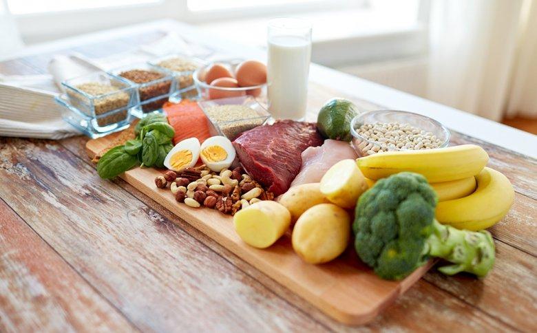 Viele Fleisch- und Fischsorten, aber auch Milchprodukte und Eier zählen zu den purinreichen Lebensmitteln.