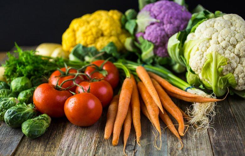 Bei Arthrose ist eine basische Ernährung mit viel Obst und Gemüse empfehlenswert.
