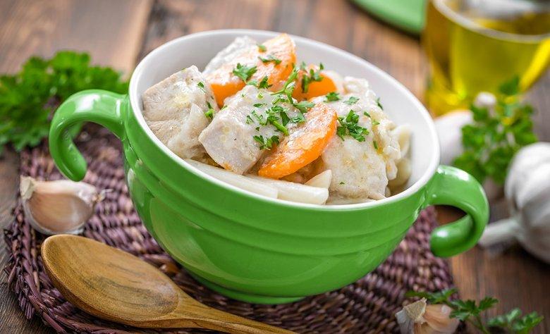 Bei einer Magenschleimhautentzündung sollten bevorzugt gedünstete oder gegarte Speisen verzehrt werden.